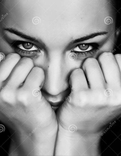 magra-bianco-e-nero-della-donna-sui-pugni-10501395